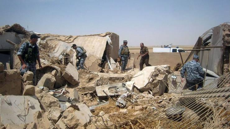 Irakische und amerikanische Truppen durchsuchen die Trümmer von al-Baghdadis Haus