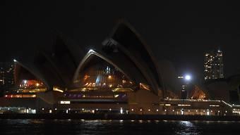 """Das Opernhaus von Sydney für einmal ohne Beleuchtung: Während der """"Earth Hour"""" vom Samstagabend von 20.30 Uhr bis 21.30 Uhr löschen zahlreiche Wahrzeichen ihre Lichter, um auf den Klimaschutz aufmerksam zu machen."""