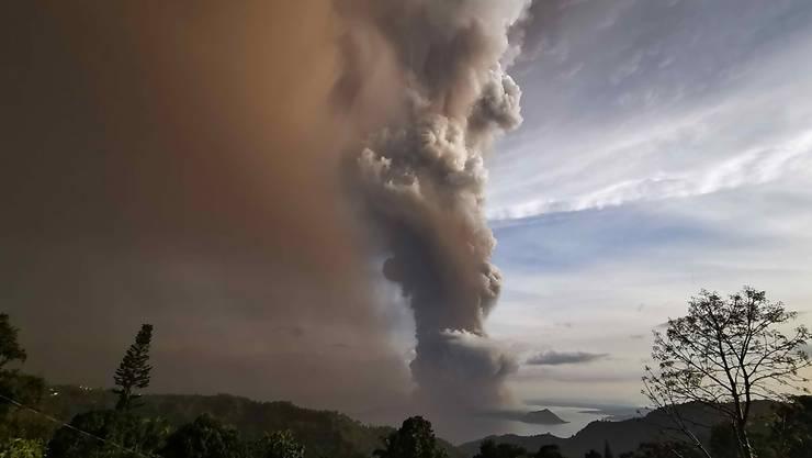 Der Vulkan Taal südlich von Manila spuckt seit Sonntag Rauch und Asche.