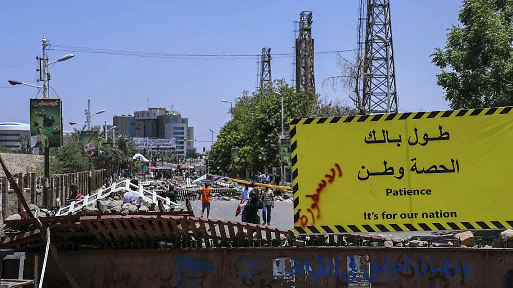 Im Sudan sollen sich nach wochenlangen Protesten in der Nacht auf Mittwoch das Militär und die Oppositionsbewegung auf eine Übergangsphase verständigt haben.