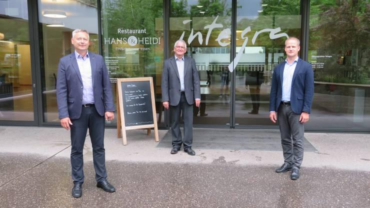 Vor der Integra Wohlen: Paul Kamber (Leiter Finanzen/Dienste), Walter Küng (Stiftungsratspräsident) und Stephan Baumann (Leiter Arbeiten, von links).