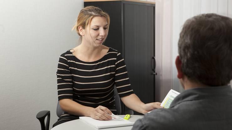 Personalberaterin im Gespräch mit einem Klienten.
