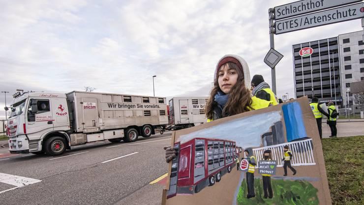 Ihre Plakate für die Mahnwache malt Mia H. selbst: «Das Hobby lässt sich gut mit meinem Aktivismus verbinden.»