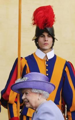 Die Königin unter denwachsamen Augen eines Schweizergardisten