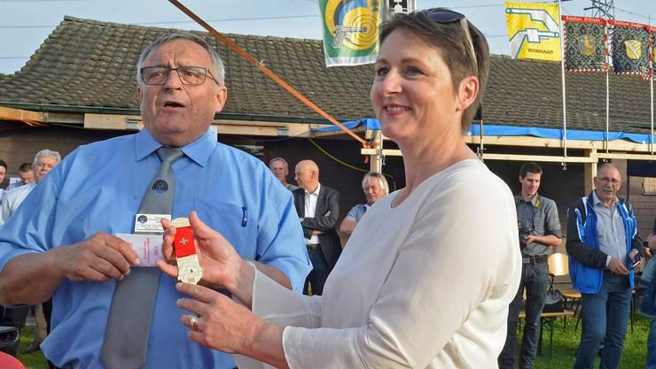 Mit dem Feldschiessen-Goldkranz gewürdigt: Feldchef Werner Stauffer und Regierungsrätin Franziska Roth.