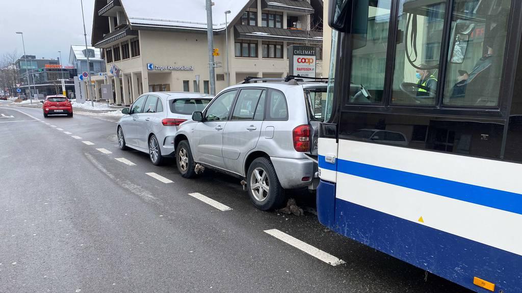 Linienbus prallt in Auto