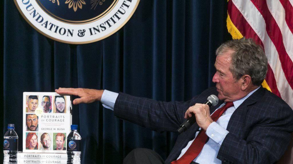 George W. Bush bei der Vorstellung seines Bildbandes mit Portraits verwundeter Soldaten: Das Buch wird offenbar rege gekauft. (Archivbild)