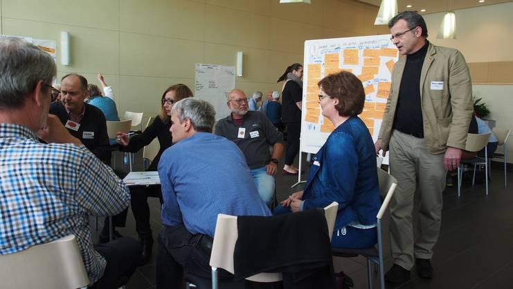 Auch Rheinfeldens Stadtammann Franco Mazzi (rechts) nahm teil an den Diskussionen zu verschiedenen grenzüberschreitenden Themen. Der «Grenzüberschreitende Bürgerdialog mit Zufallsbürgern» ist ein neues Konzept kommunalpolitischer Partizipation