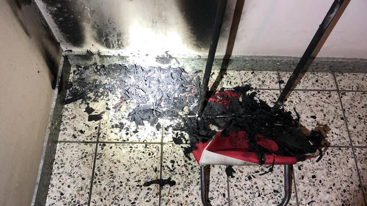 Reinach BL, 28. Februar: Im Eingangsbereich eines Mehrfamilienhauses an der Baselstrasse in Reinach BL kam es am kurz vor 22.30 Uhr zu einem Brandfall. Eine Person stellte eine schwelende Einkaufstasche fest, die mit einem Kübel Wasser gelöscht wurde. Personen wurden keine verletzt. Die Polizei Basel-Landschaft sucht Zeugen.