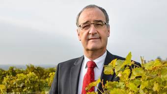 Wirtschaftsminister Guy Parmelin inmitten seiner Weinreben in Bursins (VD).