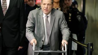 Monster oder Opfer? Letzteren Eindruck erwecken zu wollen, warfen böse Zungen dem tief gefallenen Hollywood-Filmmogul Weinstein vor, als der offenbar gewohnheitsmässige Vergewaltiger Anfang Januar mit Rollator vor Gericht erschien. Der Grund soll aber eine Rückenoperation gewesen sein.