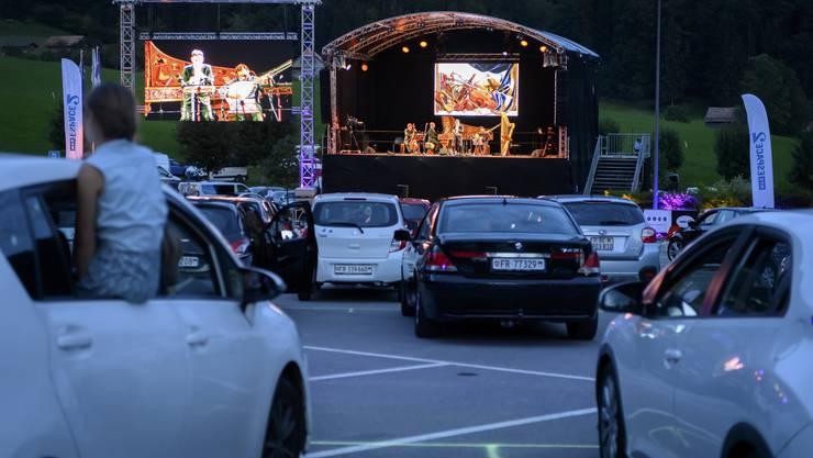 Zwei Welten, die nicht zusammenpassen und im Greyerzerland charmant zusammenfanden: Barockmusik auf dem Parkplatz in Charmey.