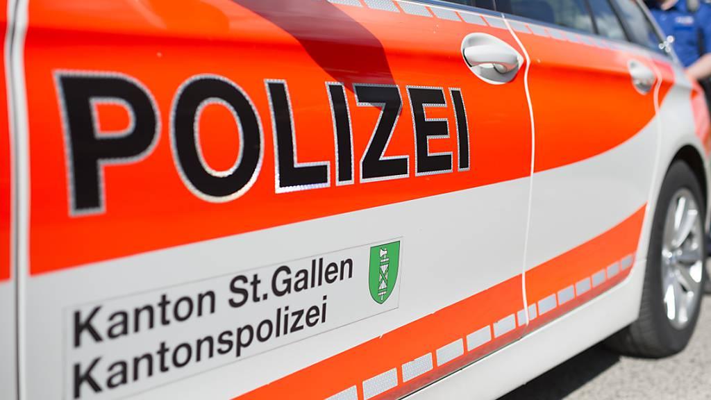 Ein Dienstfahrzeug der Kantonspolizei St. Gallen. (Archivbild)