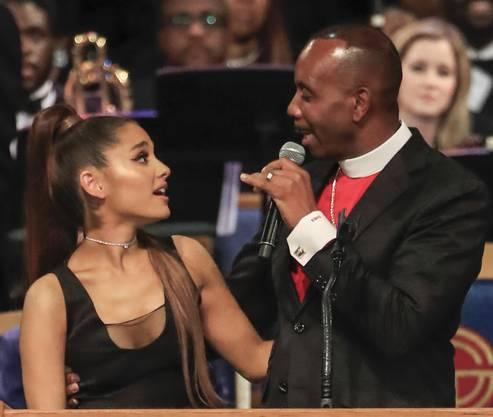 Der Pastor griff Grande auf Höhe ihrer Brust um die Taille.