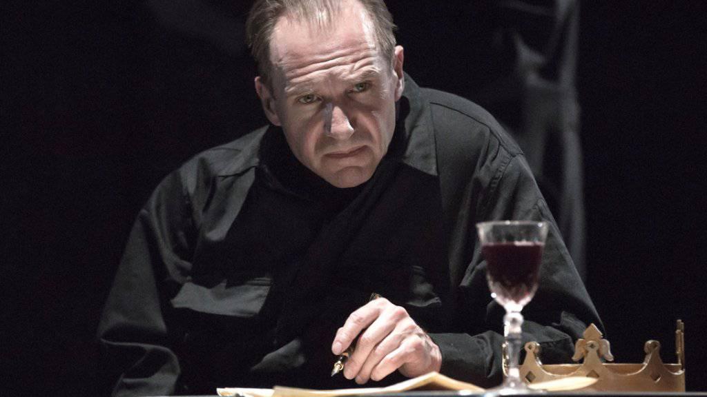 Theaterspielen ist anstrengend: Trotzdem mag der britische Schauspieler Ralph Fiennes das Spiel auf der Bühne lieber als die Arbeit vor der Kamera. (Archivbild)