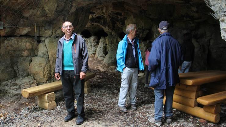 Dem Ortsbürger Werner Schaffner (links) ist es zu verdanken, dass die Bruderhöhle erneut zugänglich ist. Er sammelte Geld, packte mit an und wird für Ordnung sorgen. CM