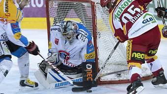 Lukas Haas scheitert an Fribourgs Goalie Benjamin Conz.