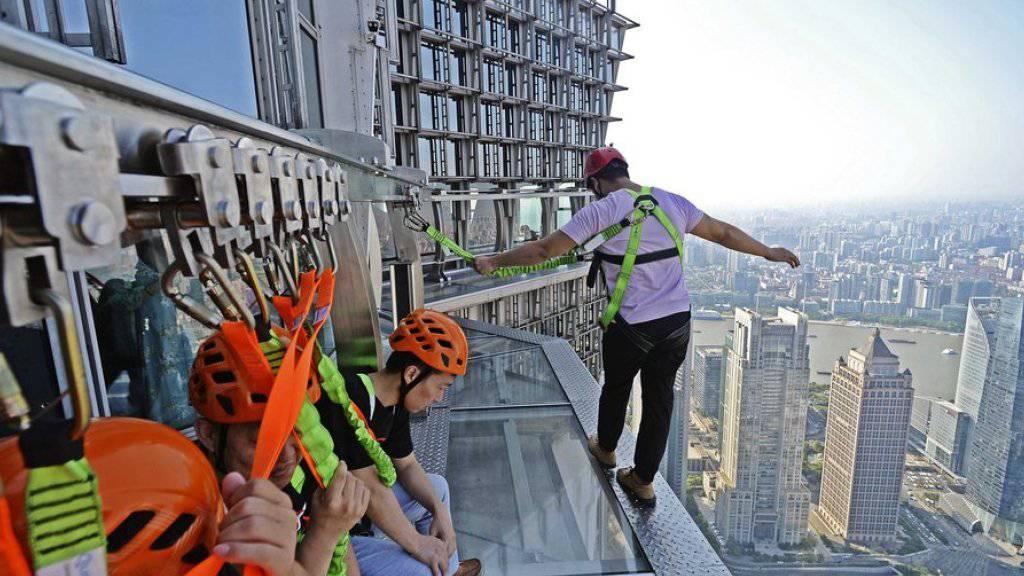 Nur für Schwindelfreie: der neue Skywalk auf dem Jinmao Tower in der ostchinesischen Metropole Shanghai.