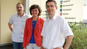 Vor dem Regionalen Alterszentrum Rohrdorferberg-Reusstal: Fritz Krähenbühl (links), Präsident Gemeindeverband, Edith Saner, Vizepräsidentin, und René Roca, Vorstandsmitglied, informieren über die Rechtsformänderung.