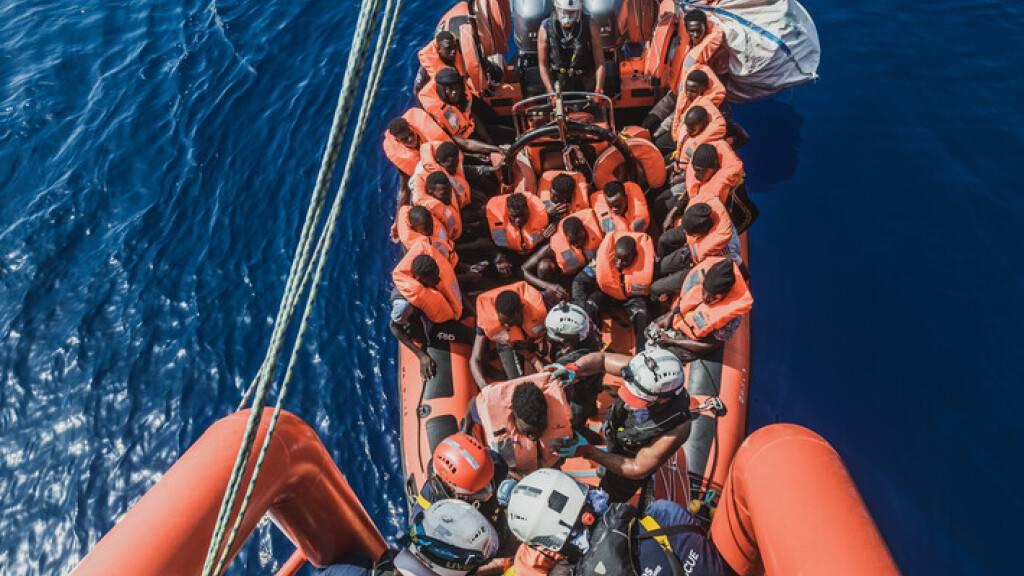 Erleichterung an Bord: Seenotretter dürfen in Italien anlegen