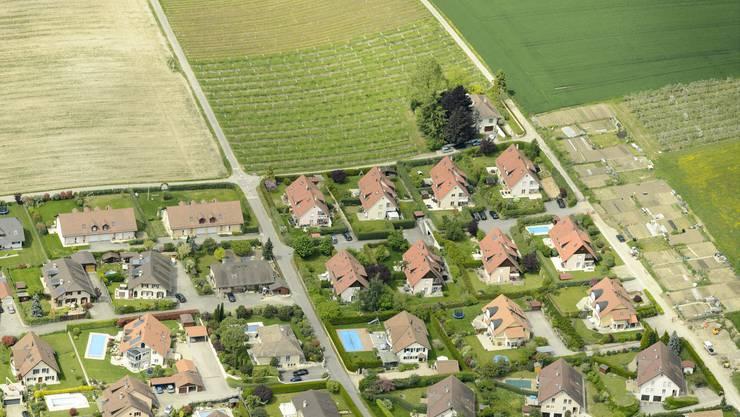 Grünfläche trifft Siedlungsbrei in Etoy (Waadt).