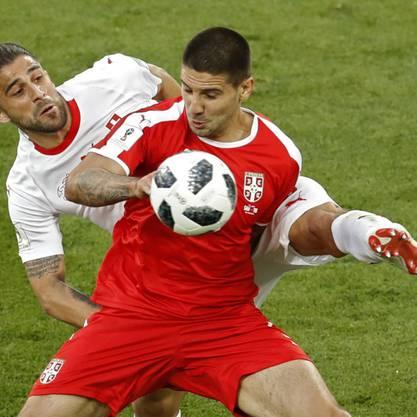 Serbiens Sturmtank Aleksandar Mitrovic im WM-Spiel 2018 gegen die Schweiz in einem Zweikampf mit Ricardo Rodriguez.