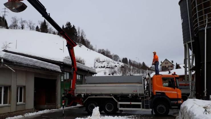 Nach dem Einsturzes eines Daches beim kantonalen Werkhof in Urnäsch wird der restliche Schnee vom Dach entfernt.