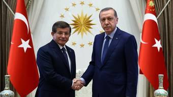 Erdogans früherer Premier Ahmet Davutoglu (links) bietet dem geschwächten Präsidenten nun die Stirn.