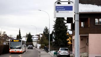 """Die Bushaltestelle """"Schreinerei"""" wird nur """"auf Verlangen"""" bedient und man kann nur aus-, nicht aber einsteigen."""