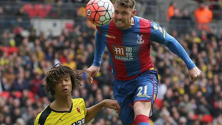 Connor Wickham (rechts) köpft Crystal Palace in den Cupfinal