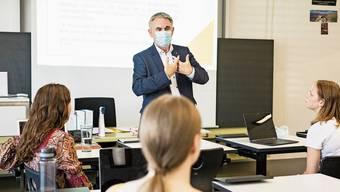 Bildungsdirektor Alex Hürzeler besuchte im August 2020 zum Beginn des Schuljahres die Kanti Zofingen – ab Montag sind die Klassenzimmer dort leer.