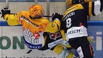 Martin Plüss (l.) beim Zweikampf an der Bande mit Luganos Hirschi