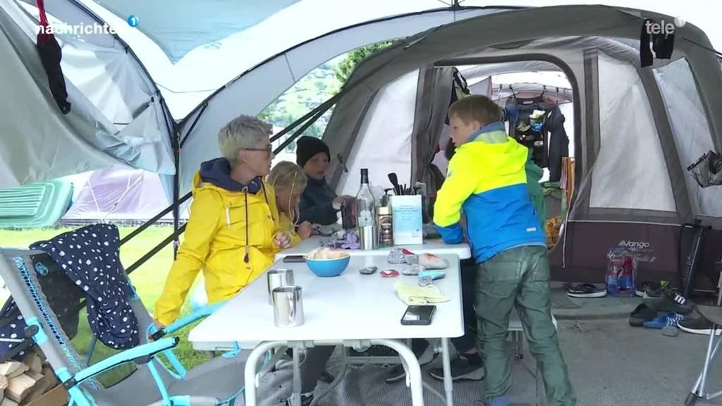 Camper harren auf Camping Sarnen aus