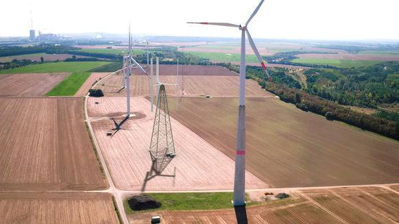 Neben den riesigen traditionellen Windräder wirken die vertikalen geradezu niedlich.