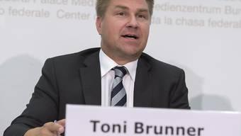 SVP-Präsident Toni Brunner legte fest, unter welchen Umständen er die Asylreform bekämpfen will. (Archivbild)