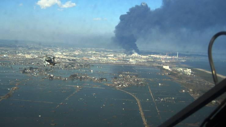 Helikopter der US Navy bringen 1500 Tonnen Nahrungsmittel in die Stadt Sendai.