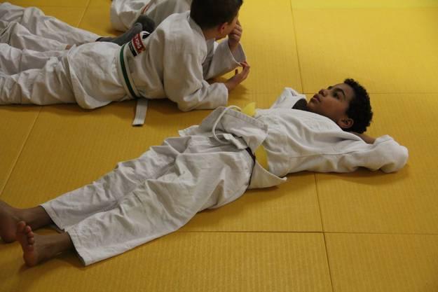 Entspannung total: Schüler bereiten sich auf ihre Kämpfe vor