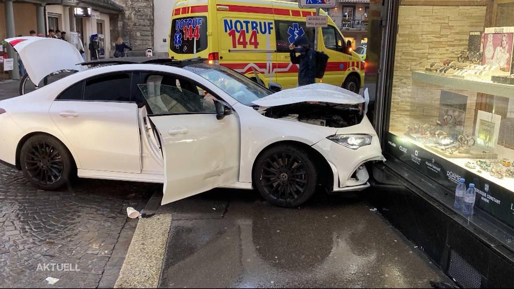 In Aarau donnert ein Mercedes in ein Schmuckgeschäft