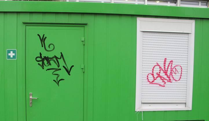 Dieser Baucontainer in der Weingartenstrasse wurde ebenfalls beschmiert