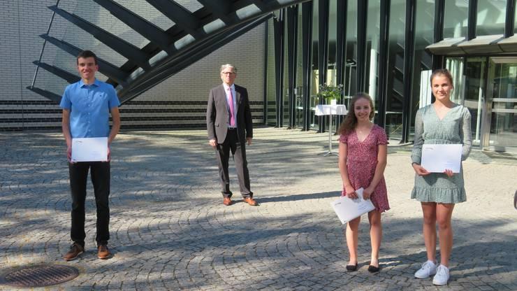 Die Preisträger des Anerkennungspreises: Silvan Rusch, Jessica Christen und Aline Stebler (von links) mit Rotarier-Präsident Denis Kopitsis (hinten).