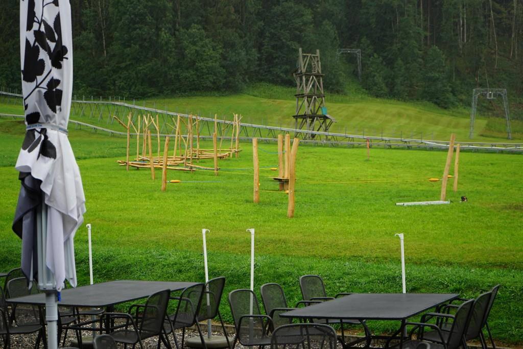 Im Hintergrund stehen noch die alten Seilparkmasten, im Vordergrund der brandneue Abenteuerpark. (© FM1Today / Lena Rhyner)