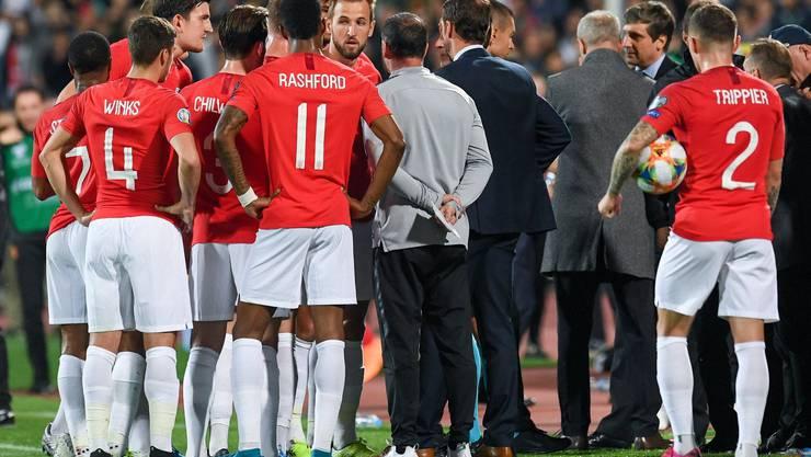 Englands Spieler während eines Unterbruchs wegen rassistischer Fan-Äusserungen.