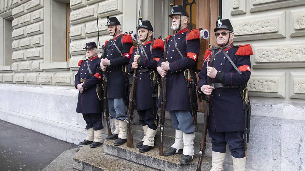 Schützen in historischen Uniformen begleiten die Gegner des verschärften Waffengesetzes bei der Übergabe der Unterschriften zum Referendum.