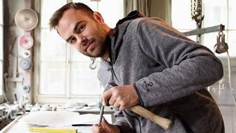 Wie vor hundert Jahren: In der Ausbildung lernte Bildhauer Robin Sager, den Grabstein mit Fäustel und Meissel zu bearbeiten. Einmal spitz, einmal stumpf: Robin Sager prüft das Werkzeug, das er vom ehemaligen Besitzer der Dietiker Bildhauerei übernommen hat.