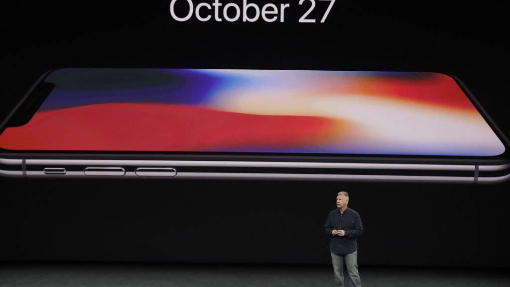 Apple-Vize Phil Schiller äussert sich im September auf dem Apple Campus zum neuen iPhone X. Eingeblendet ist das Datum des Vorverkaufsstarts am vergangenen Freitag. (Archiv)