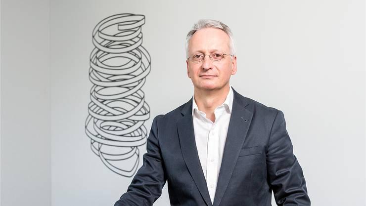 «Die Staatschefs sind geschockt, wenn sie unsere Lehrlinge treffen»: Bildungsökonom Stefan Wolter im Treppenhaus der Universität Bern.