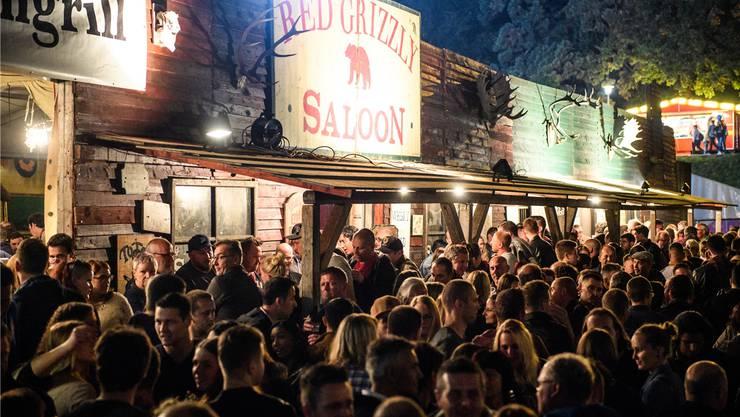 «Geng wi geng»: Grossaufmarsch der Partyfreudigen vor dem «Red Grizzly Saloon» im Schanzengraben.