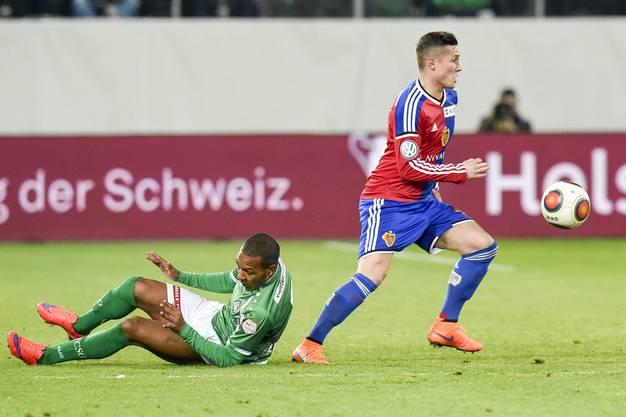Everton Luiz Guimaraes Bilher von St. Gallen, links, gegen Taulant Xhaka von Basel.