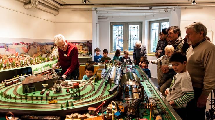 Jung und Alt erfreuen sich an den Modelleisenbahnen der Tin Platers.