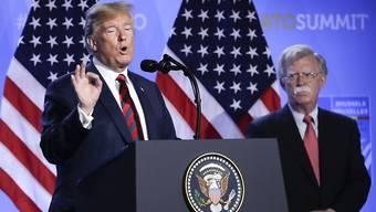 Bild aus besseren Zeiten: US-Präsident Donald Trump (links) konnte auf die Dienste des einstigen Sicherheitsberaters John Bolton (rechts) zählen - nun könnte er ihn beim Impeachment belasten. (Archivbild)